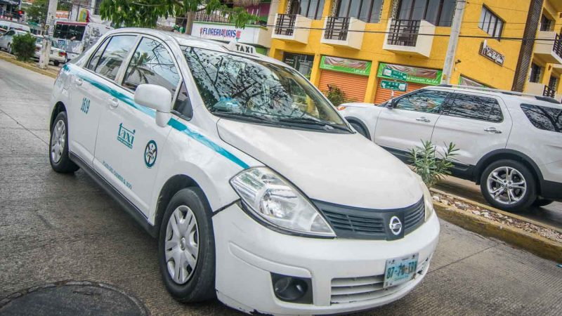Playa del Carmen travel guide - Playa transportation White and blue taxi