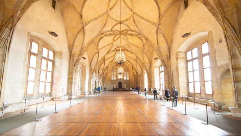 Ve por el largo y impresionante pasillo del antiguo Palacio Real en el interior del Castillo de Praga durante un recorrido