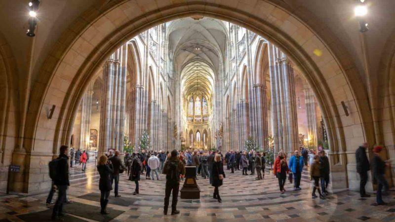 Dentro de la Catedral de San Vito en el Castillo de Praga - Impresionante gran iglesia de estilo gótico en Praga